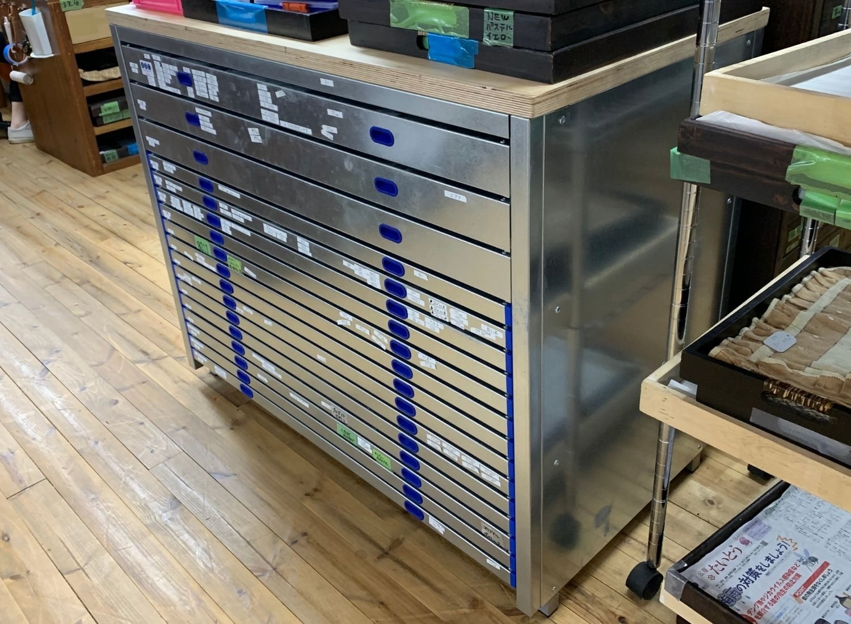 Horizontal cabinet with custom-made drawers