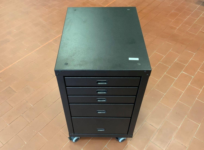 Mueble de costura pintado de negro